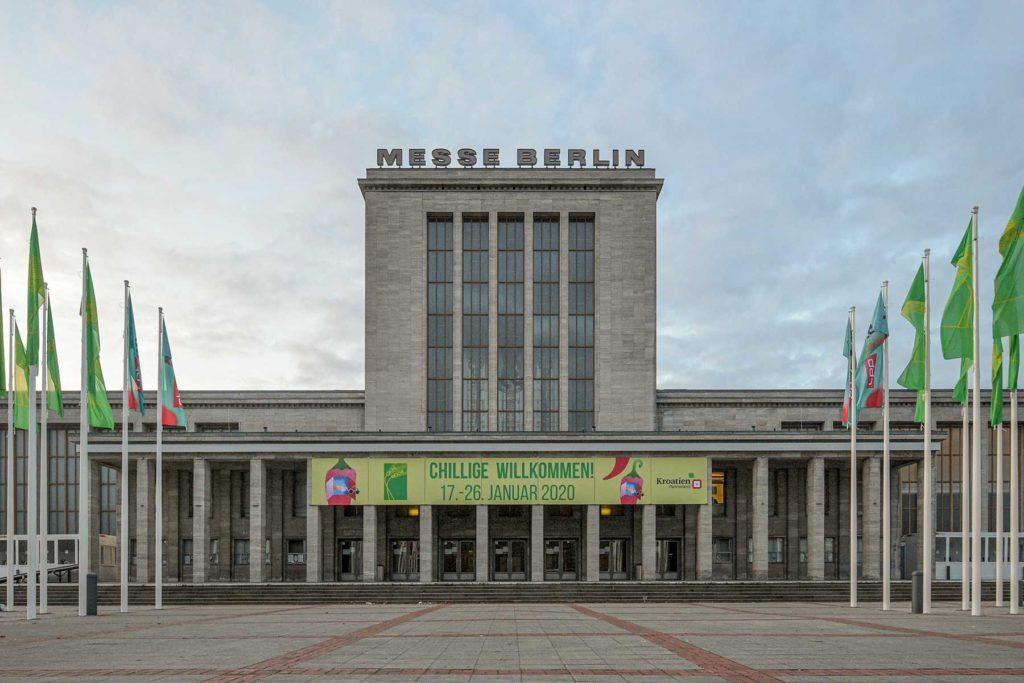 Eingang zur Messe Berlin mit Banner Gruene Woche 2020