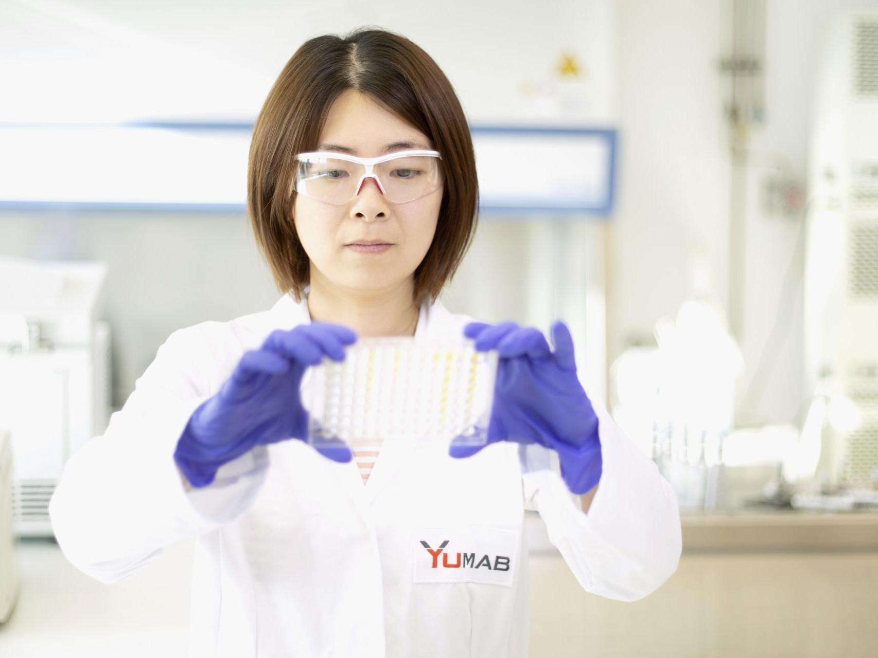 YUMAB-Mitarbeiterin im Labor.