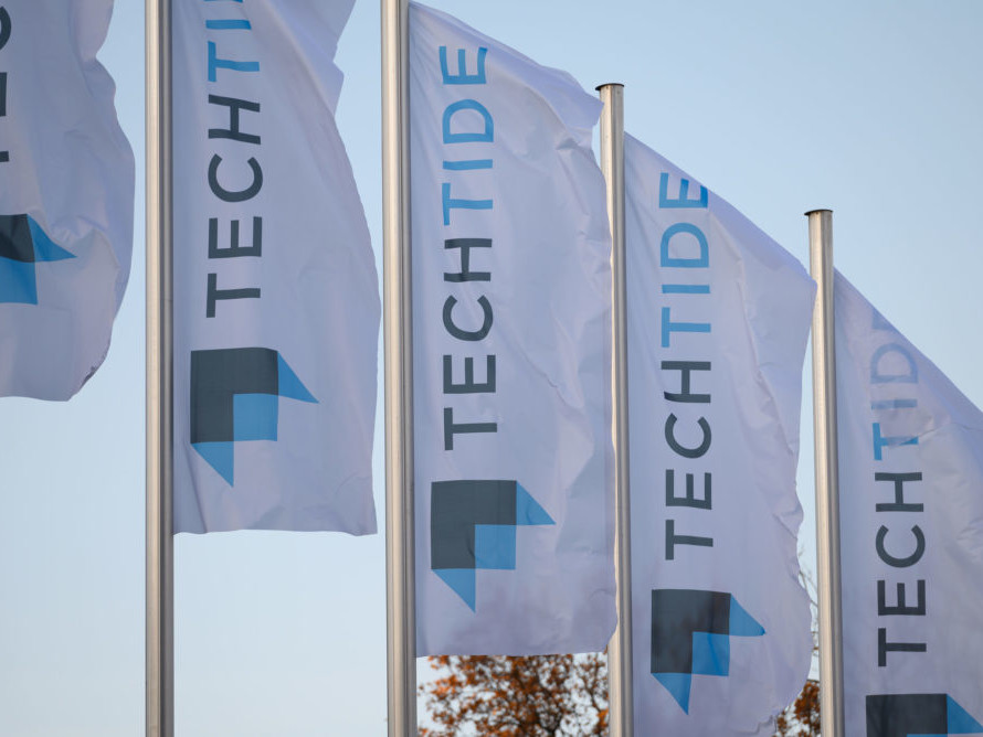 Banner mit dem Logo der Techtide vor dem Eingang der Messe.