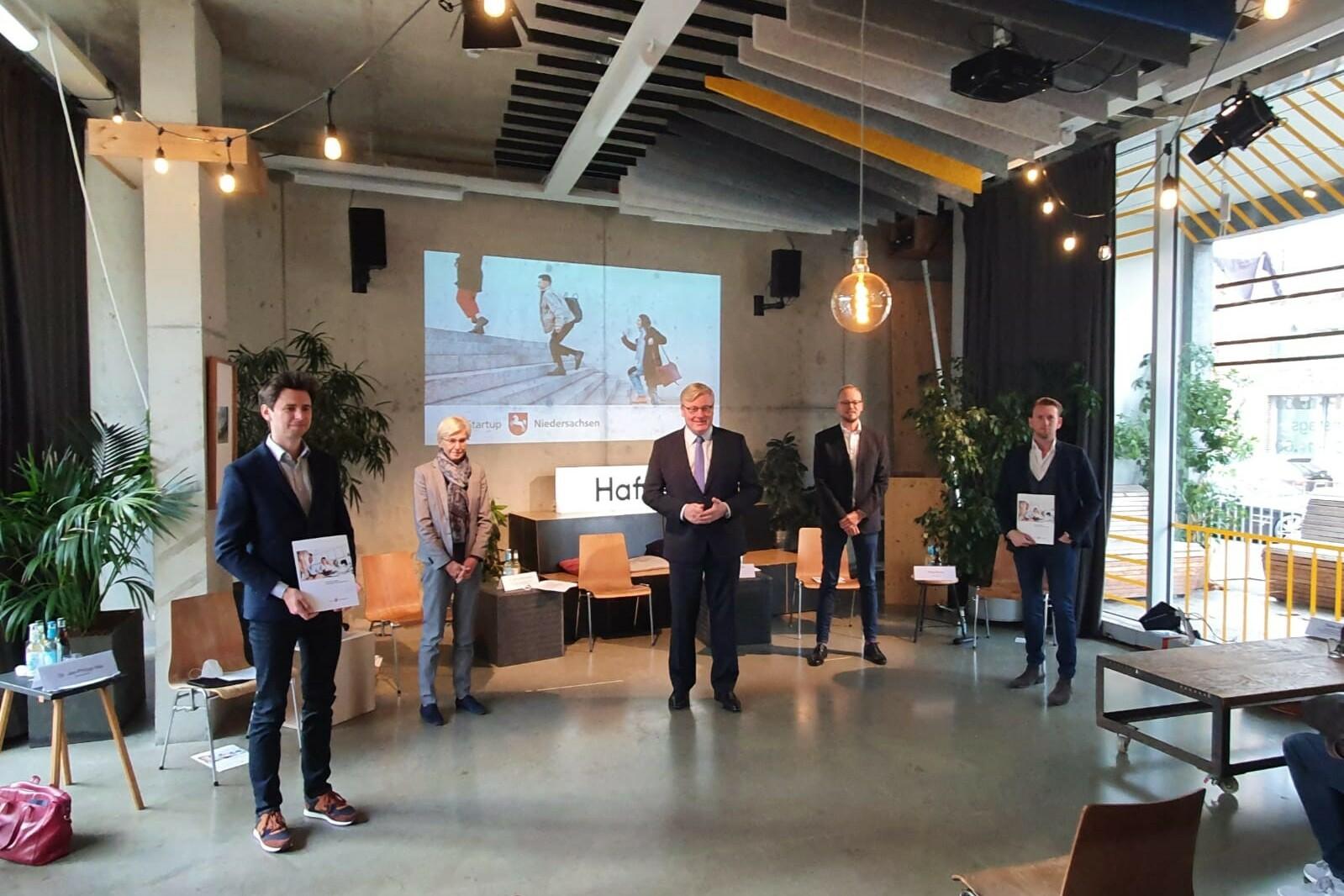 Das Bild zeigt drei Mitglieder vom Startup-Beirat mit Wirtschaftsminister Dr. Bernd Althusmann und Wissenschaftsstaatssekretärin Dr. Sabine Johannsen bei der Pressekonferenz.