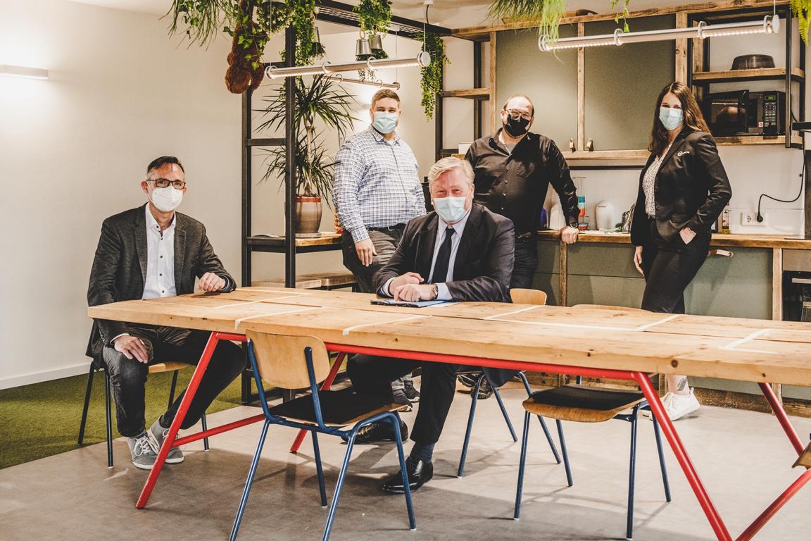 TGO Geschäftsführer Jürgen Bath und Minister Dr. Bernd Althusmann mit Gründenden aus dem Coworking Space GO! Work (v.l.n.r.)
