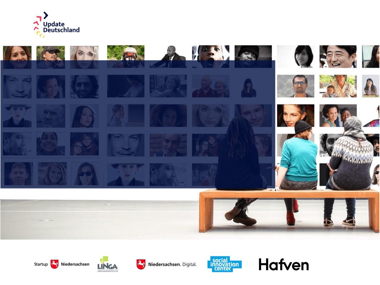 Drei Menschen sitzen auf einer Bank und blicken auf eine Wand mit vielen Bildern von Menschen.