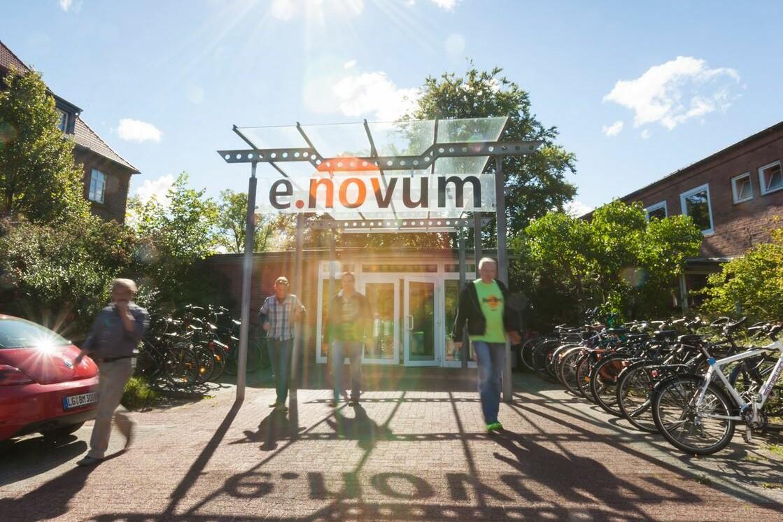 Eingang e.novum und Menschen davor.