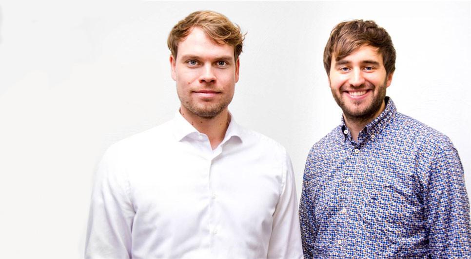 Das Bild zeigt die beiden Gründer vom Startup Medizinio vor einer weißen Wand.