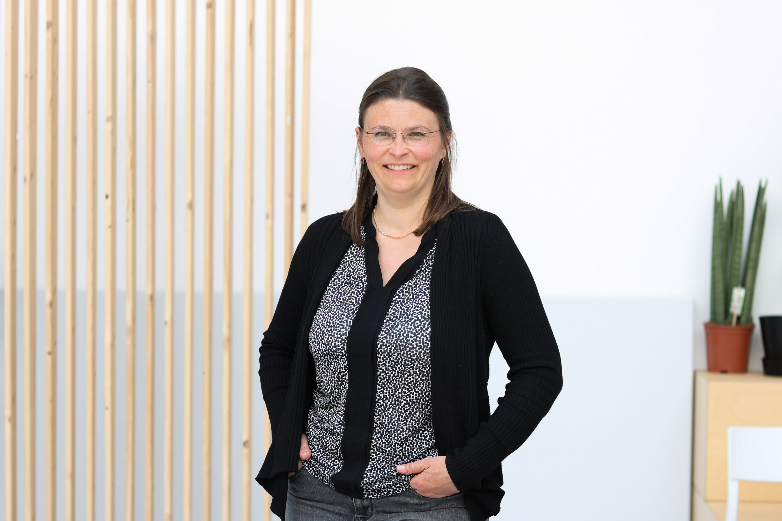 Das Bild zeigt Frau Dr. Lena Oesterlin-Meret vor einer weißen Wand.